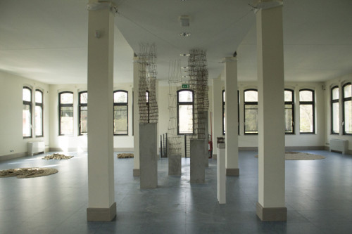 installazione site specific in Ferro, Mdf e Cemento, cm 325x35x35 (Premio Valcellina Il Doppio, Museo delle Coltellerie, Maniago)