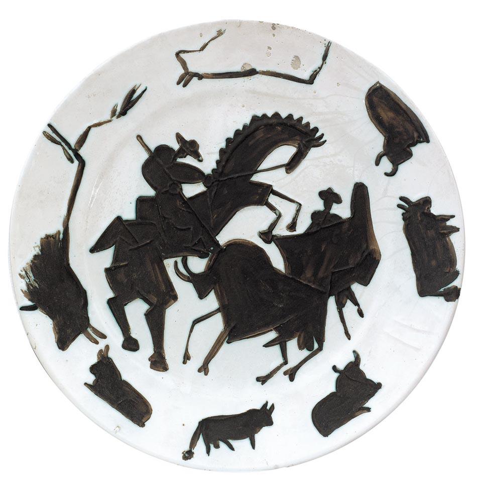 Pablo-Picasso-Corrida-1953-piatto-rotondo-in-ceramica-bianca-con-decorazioni-in-paraffina-ossidata-e-smalto-bianco-a-bagno-marrone_verde-diametro-cm.42